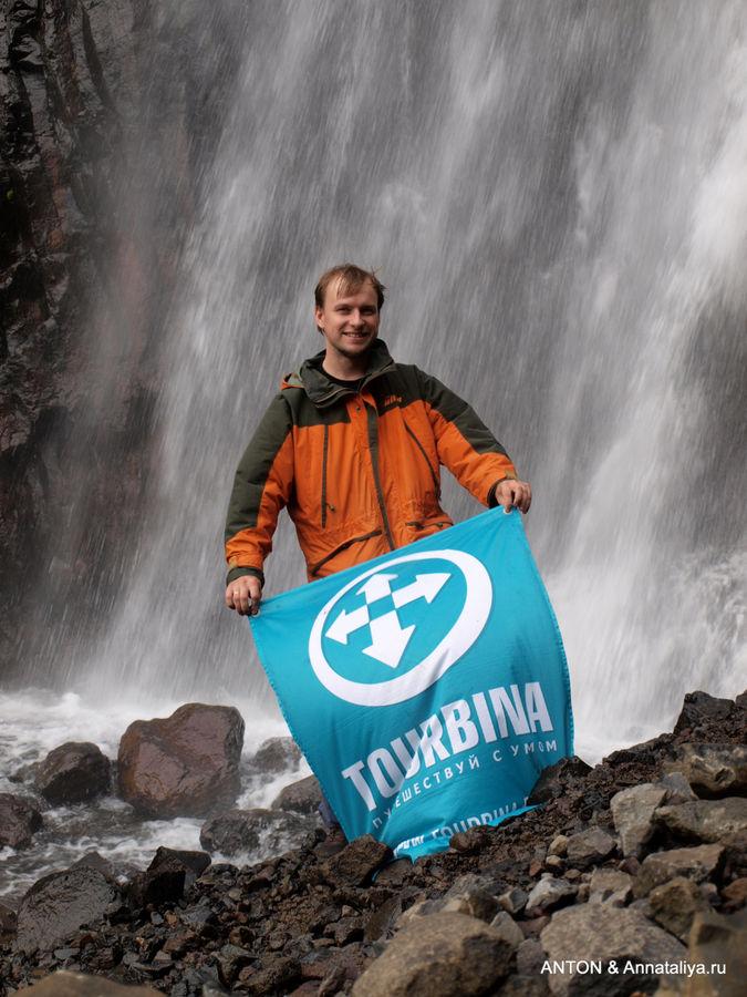 Флаг Турбины на фоне водопада.