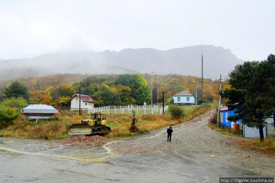 Ангарский перевал, вдали виднеются очертания горы Ангар-Бурун