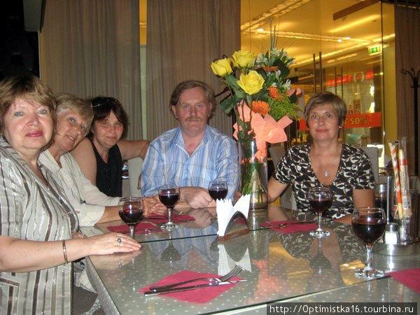 Отмечаем день рождения с друзьями в 2008 году на Новинском бульваре.