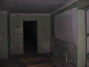 А вот что видно в этом самом окне. Подвал, уходящий куда-то вглубь. В принципе, через это окно можно было попасть внутрь дома, но на такой подвиг мы тогда не решились.