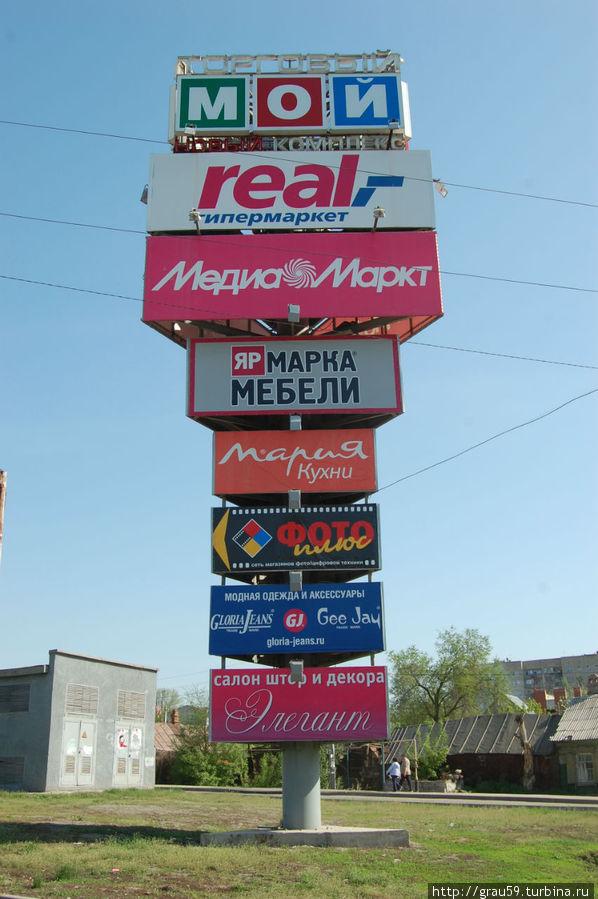 Перед въездом на территорию супермаркетов (в Заводском районе)