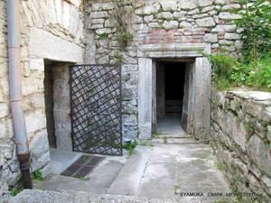 Там — два дверных проема. Левый ведет в нижний детинец — в хозяйственную часть замка. Дверь прямо — на башню.