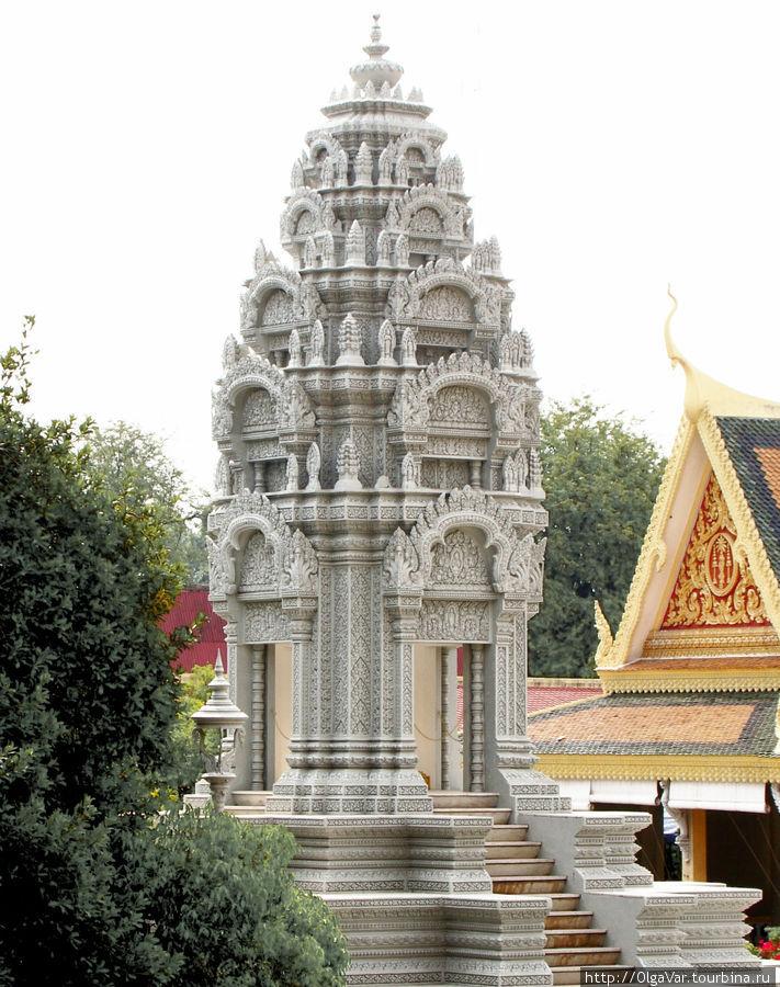 Ступа, поставленная в память о любимой дочери короля Народома Сианука — Кантха Боптха