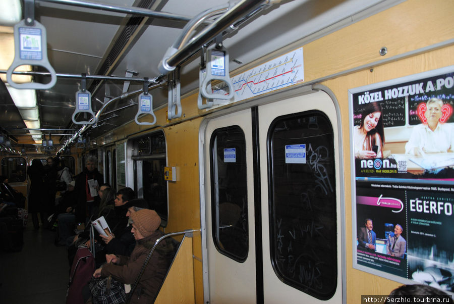 Вагон поезда на Синей линии №3. Над дверью схема всех трёх линий метро.