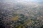 Жилые кварталы изредка разбавлены футбольными полями и парками