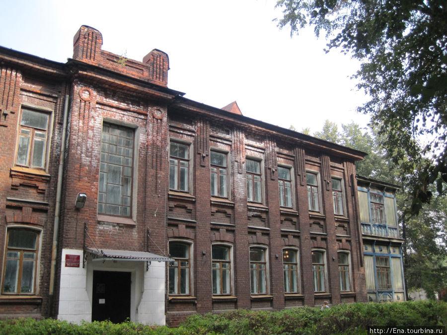 Библиотека-музей в краснокирпичном здании