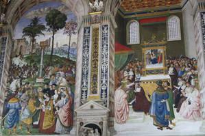 Слева фреска — Пикколомини представляет Фридриху III его невесту — Элеонору Португальскую. Справа — Пикколомини избирают кардиналом