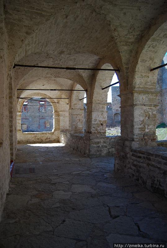 Крыльцо Успенского собора, из-за полукруглых арок очень интересный свет