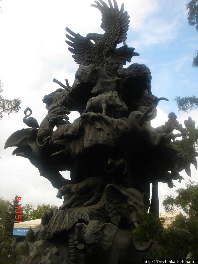 Высокий памятник животным, почти в центре зоопарка