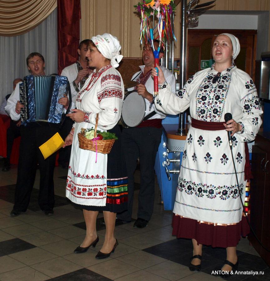 Украинские гулянья в ресторане.