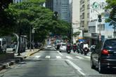 В городе есть выделенные полосы для общественного транспорта, они располагаются слева. Машин очень много и в часы пик образуются страшные пробки. В марте 2008 года был зафиксирован рекордный затор длиной в 266 км. Сан-Паулу также известен значительным количеством вертолетов на душу населения. В городе летают около 400 вертолетов, осуществляя около 70 тыс. полетов в год. Для их обслуживания в городе действует около сотни площадок для посадки, позволяющих богатым жителям города избегать частых транспортных проблем на дорогах. Многие компании города имеют собственные вертолеты, другие временно арендуют их, а другие пользуются услугами воздушных такси.