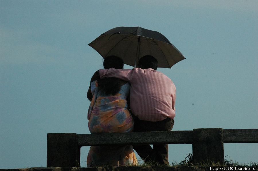 двое под одним зонтом Тангалла, Шри-Ланка