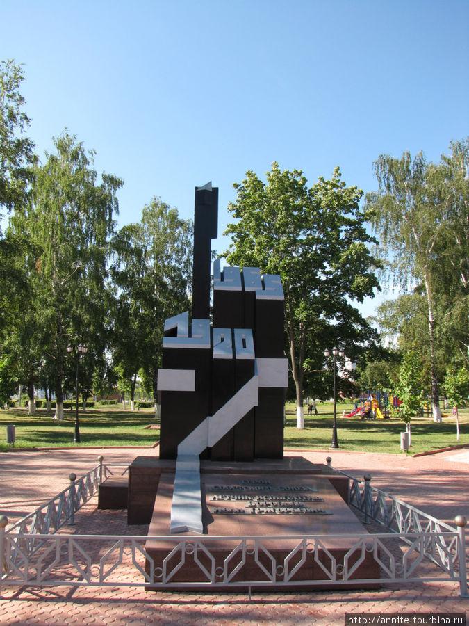 Памятник летчику Воробьеву при входе в парк.