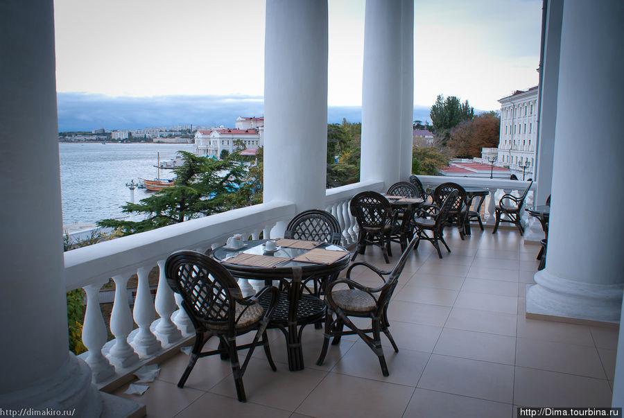 Завтракать можно на улице с видом на море