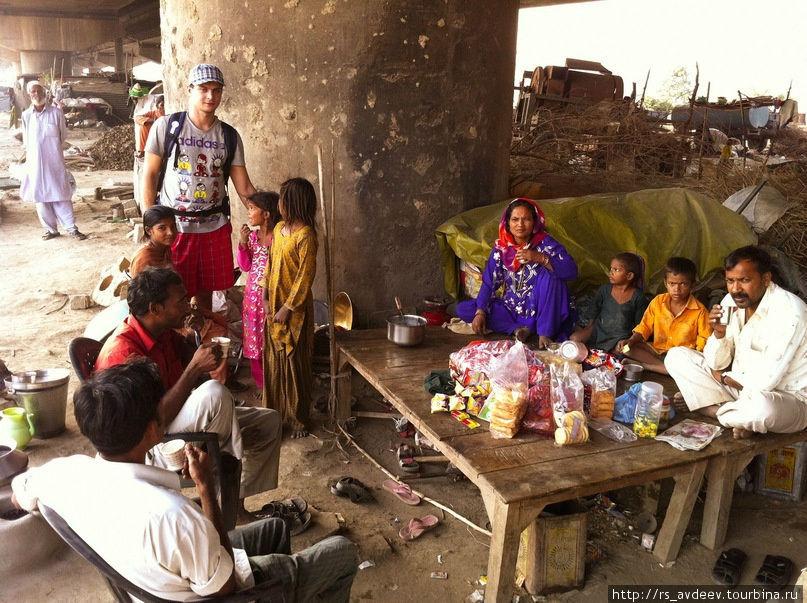 В трущобах с местными жителями.