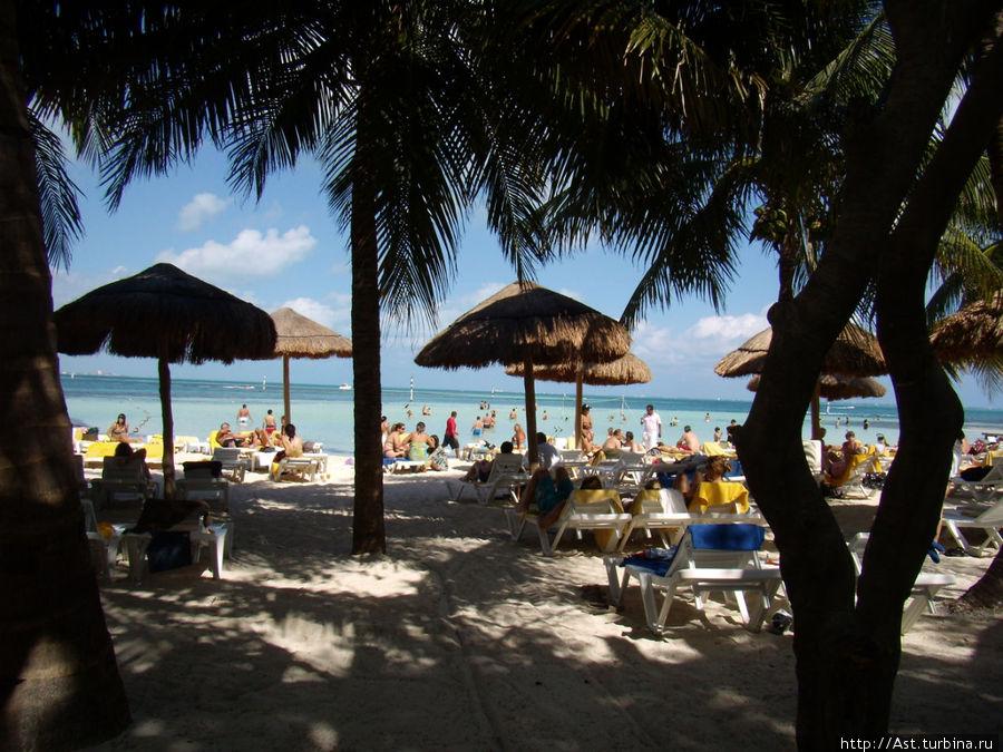 Вид на пляж со стороны бассейна.