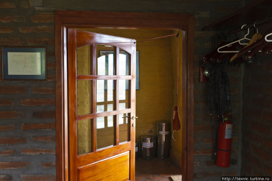 Не только здесь, но и везде в Эквадоре мне очень нравится система доведения дверей