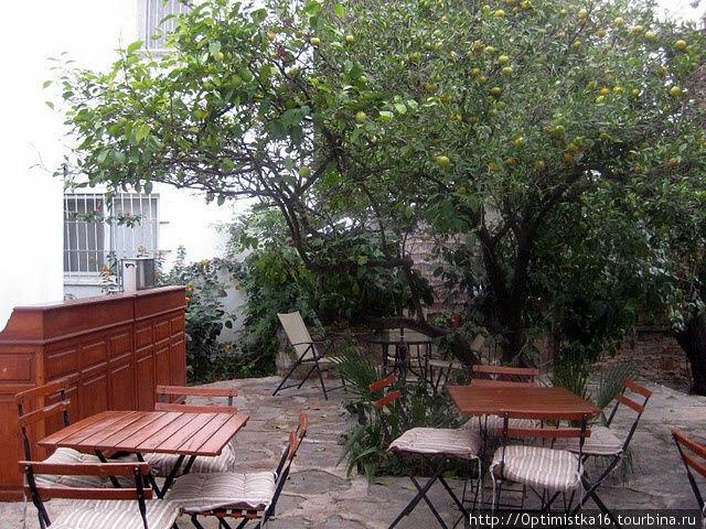 Апельсиновый дворик — место для завтрака.