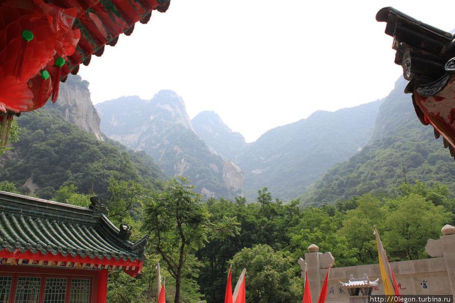Горы Хуашань на фоне монастыря