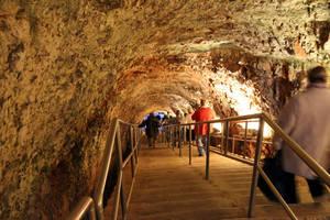 В Гротте ди Кастеллана находятся уникальные пещеры , возраст которых примерно 2 млн.лет. Жители города обнаружили эту пещеру уже давно, многие считали , что это и есть дорога в ад...