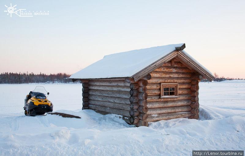 Снегоход и деревянная куп
