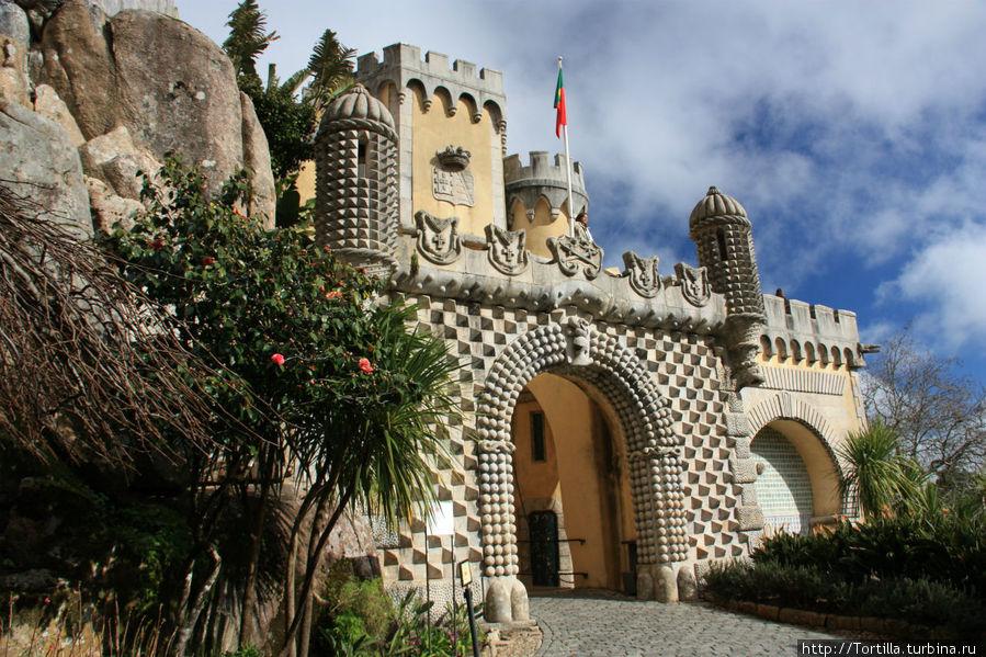 Португалия. Синтра Дворец Пена [Palacio Nacional da Pena]  Арка на входе во дворец.