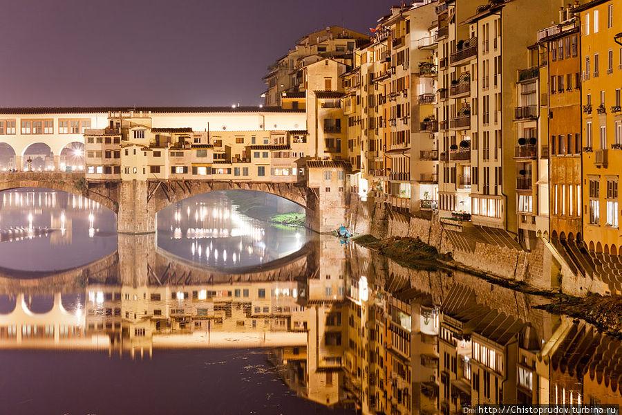 Жилые дома облепили весь берег и перебрались на старейший мост Флоренции — Понте Веккьо. Мост — построен в 1345 году и представляет из себя прочную и в то же время изящную конструкцию из трех арок. Отличительная черта Понте Веккьо — дома, теснящиеся по обеим его сторонам. Флоренция, Италия