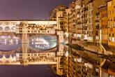 Жилые дома облепили весь берег и перебрались на старейший мост Флоренции — Понте Веккьо. Мост — построен в 1345 году и представляет из себя прочную и в то же время изящную конструкцию из трех арок. Отличительная черта Понте Веккьо — дома, теснящиеся по обеим его сторонам.