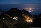 19. Внизу видны огни прилегающих к горам Хуаншань поселков