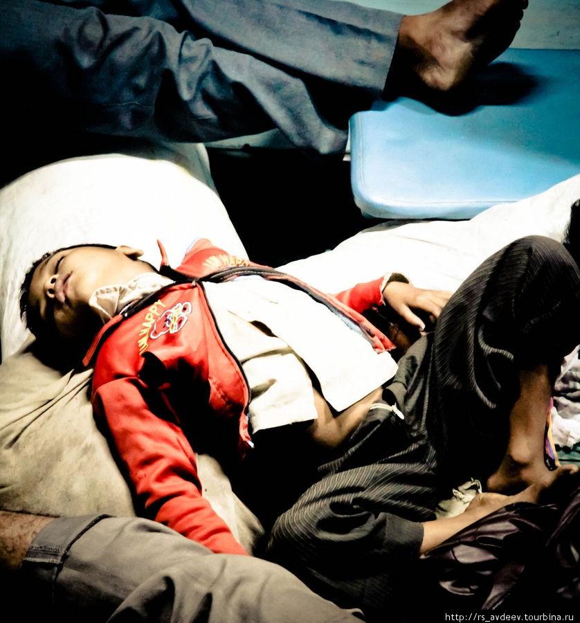 Ребенок спит на скарбе в поезде.