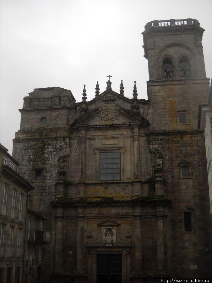 Фасад церкви; отсутствие второй башни бросается в глаза!