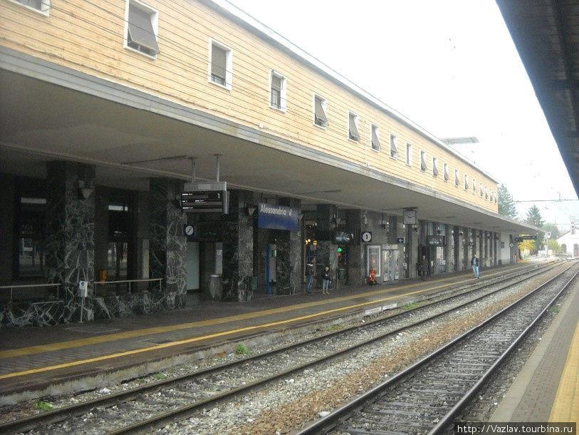 Основной здание вокзала — вид со второй платформы