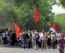 Парад открывал единственный ветеран, впереди 3 студента несли флаги СССР, УССР и компартии Украины (когда еще сейчас такое возможно?)