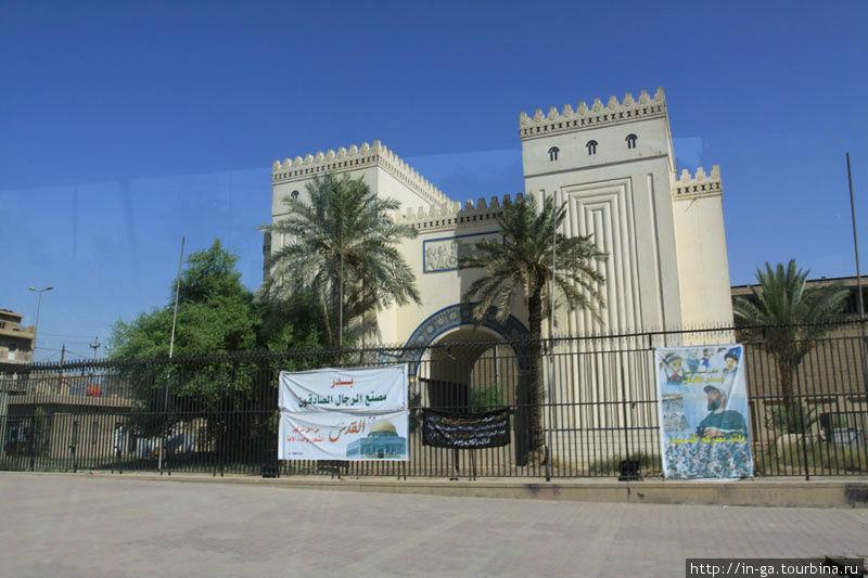 Иракский Национальный музей. Съемка внутри запрещена, к сожалению.