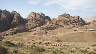 Все окружающие долину горы были заселены.