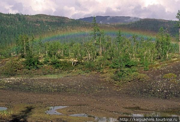 В долине озера Кутарамакан. Обычно радуга зажигается где-то в небе, эта же заблудилась, затерялась в лесу неподалёку от базы на озере Кутарамакан. Солнечный свет, преломляясь в мелких частичках воды, повисших в воздухе, расщепляется и даёт множество радующих глаз оттенков, концентрирующихся в виде дуги. Радуга – одно из чудес, которое всегда вызывает в человеке ощущение божественного происхождения мира.