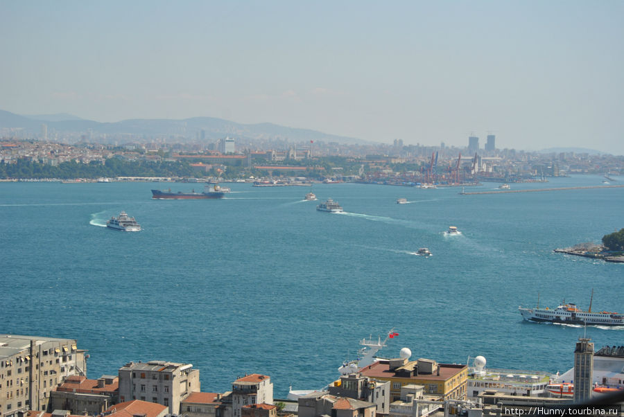 Движение судов на Босфоре такое же активное, как и на автомобильной дороге