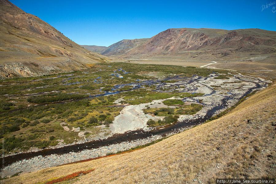 Весной Тархата, конечно, выглядит внушительней и занимает всю отвоеванную у гор площадь.
