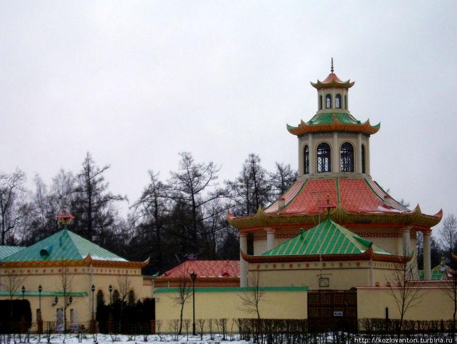 Китайская деревня, возводившаяся в 1782-98 г.г. и 1817-22 г.г. архитекторами А.Ринальди, В.Нееловым, Ч.Камероном и В.Статовым.
