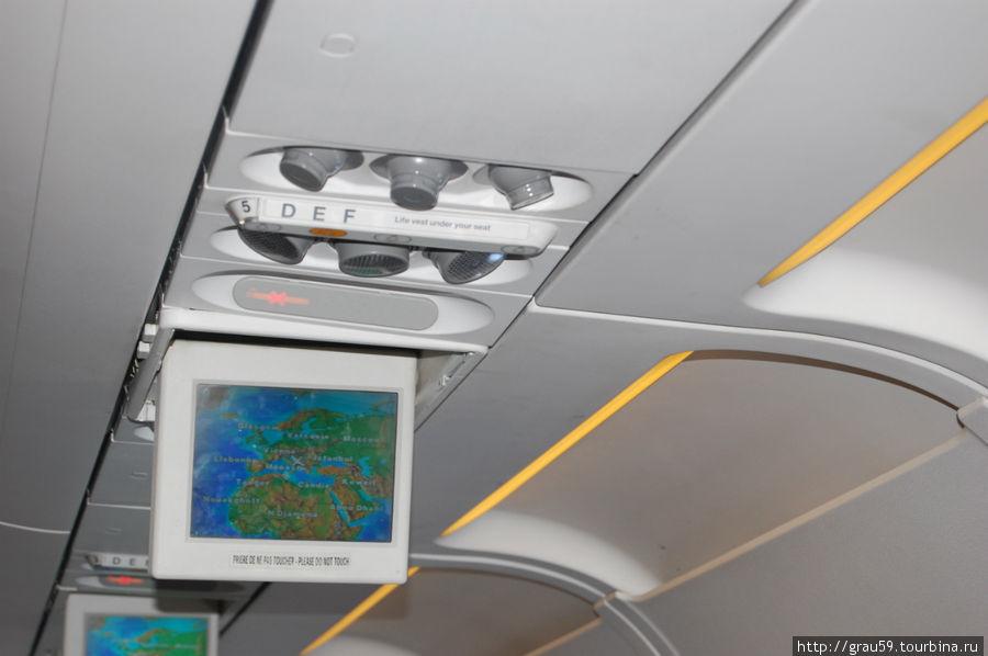 Экраны в самолете, на которых показывался наш полет на карте