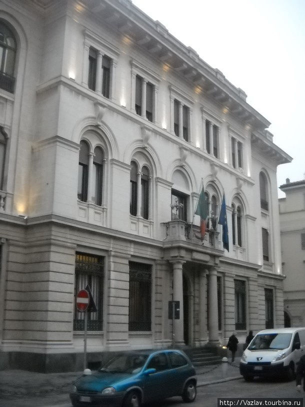 Палаццо Павия, Италия