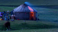 Вечерняя идиллия. После дневных трудов нет ничего приятней для чабана, чем теплый свет в юрте и сладкий дым очага.