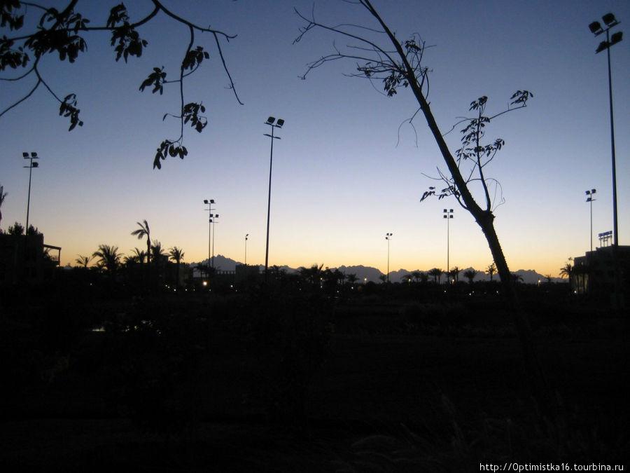 Закат за нашим отелем. Фото со стороны пляжа.