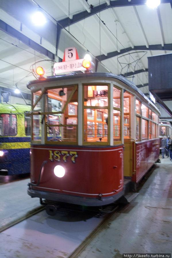 Музыкальный трамвай. Как и все прочие — он ездит. На какой-то из праздников он ездил по городу, а внутри находился оркестр, игравший музыку. С тех пор на трамвае нарисованы ноты.