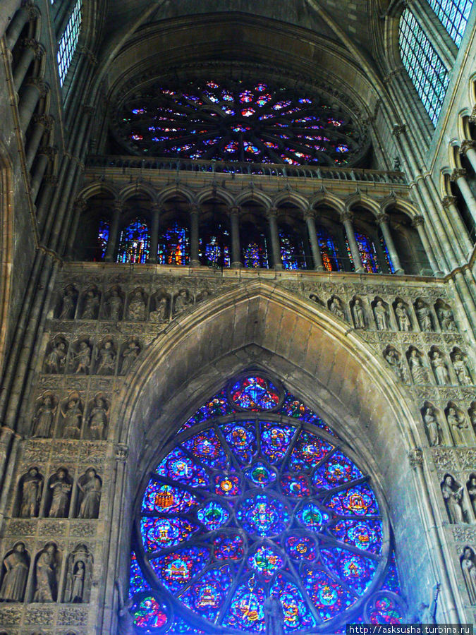 Витражи для собора делал Марк Шагал.
