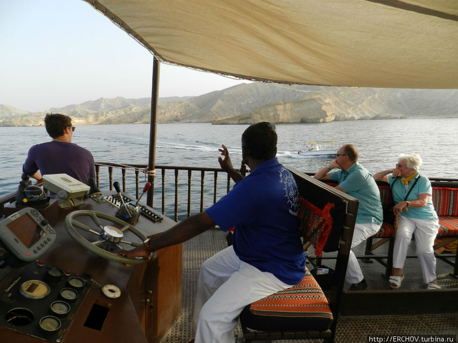 Круиз на доу вдоль побережья (Маскат, Оман)