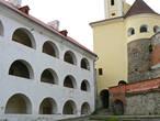 В Среднем замке раньше располагались казармы, арсенал, кухня, склады, рыцарский зал.
