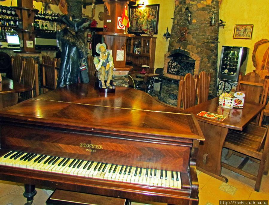 посреди таверны не бутафорское фортепиано