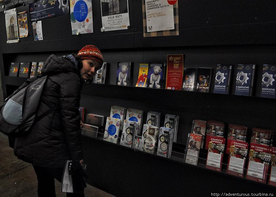 Множественные буклеты о выставках. Преимущественно на финском