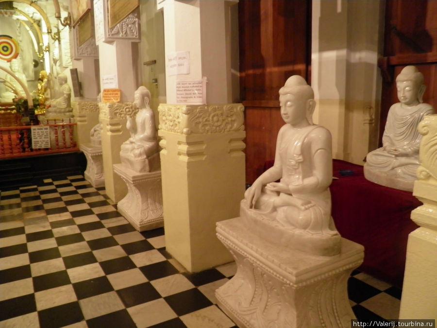 Обилие статуй Будды в различных позах